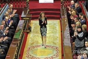 Dª Letizia se levanta a saludar