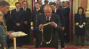 El Rey impone el collar de la orden de Carlos III a Suárez
