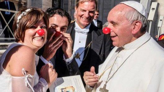 El papa se salta el protocolo