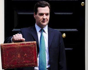 Ministro Osborne con el maltín del presupuesto británico
