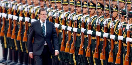 Spain's Prime Minister Mariano Rajoy inspects honour guards during a welcoming ceremony outside the Great Hall of the People, in Beijing September 25, 2014. REUTERS/Jason Lee (CHINA - Tags: POLITICS BUSINESS) CHINA-SPAIN/