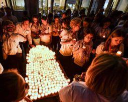 02-patriarhul-daniel-procesiunea-luminilor-si-rugaciunea-de-seara-la-ito2016-tineri-ortodocsi-12