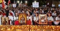02-patriarhul-daniel-procesiunea-luminilor-si-rugaciunea-de-seara-la-ito2016-tineri-ortodocsi-24