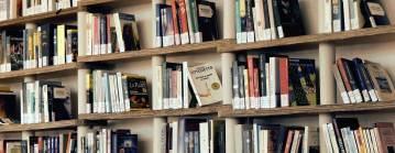 Drewniana półka z książkami