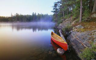 Canoe on Pinetree Lake, Algonquin Provincial Park/Canot sur le lac Pinetree, parc provincial Algonquin, Ontario