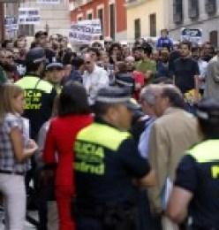 la policia de la Banca impide paralizar un desahucio
