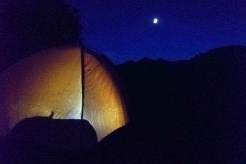 Escursione breve con bivacco in tenda