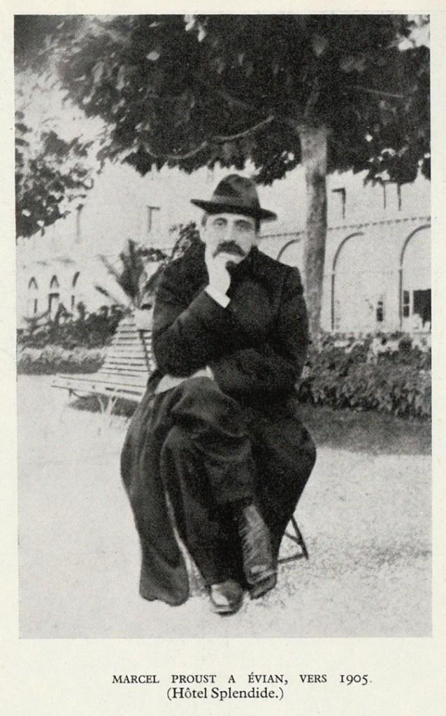Marcel Proust assis sur une chaise à Évian