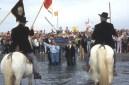 Pèlerinage du mois de mai, aux Saintes-Maries-de-la-Mer, en Camargue. Les saintes Maries et les gardians.