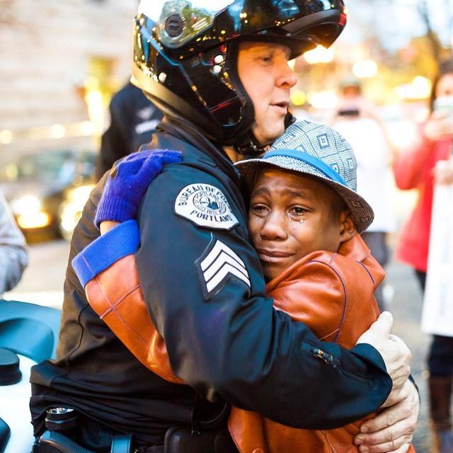 Free Hugs!! 抗議デモで、黒人少年と白人警察官がハグ2