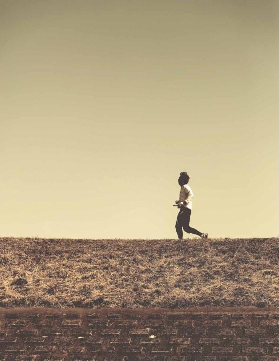 走る セピア