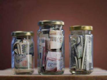 В жительки Заліщицького району родич поцупив банку грошей