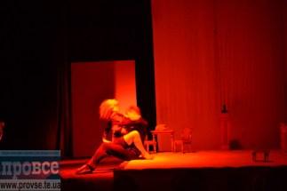 """Інтимна сцена волинського театру у """"Замовляю любов"""" з вдало підібраним світлом, музичним оформленням і ніжною грою акторів не створили відразливого ефекту як у тернопільській """"Шаріці"""""""