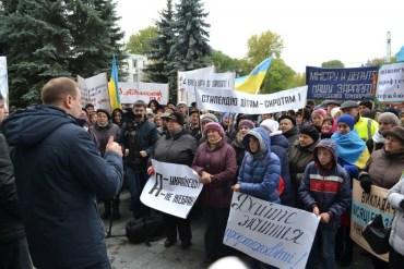 Освітяни Тернопільщини три місяці без зарплати і тому вважають, що губернатору Степану Барні за його роботу – ганьба