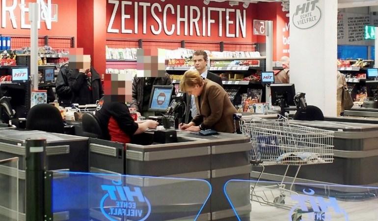 Меркель сходила в магазин за картоплею зі своїми пакетами