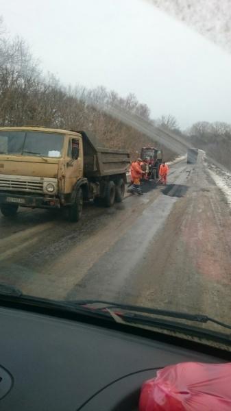 У сніг та мороз на Тернопільщині ремонтують дороги
