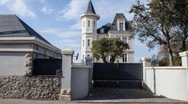 У Франції активісти влаштували пікет біля маєтку доньки Путіна