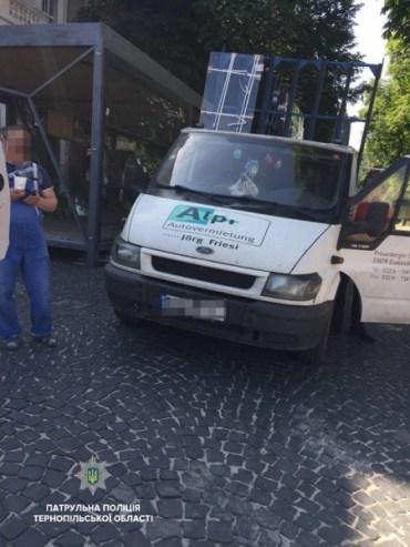 Патрульні оштрафували водія, який припаркувався у центрі міста, а нардепа Заставного за стодолу на дорозі – ні
