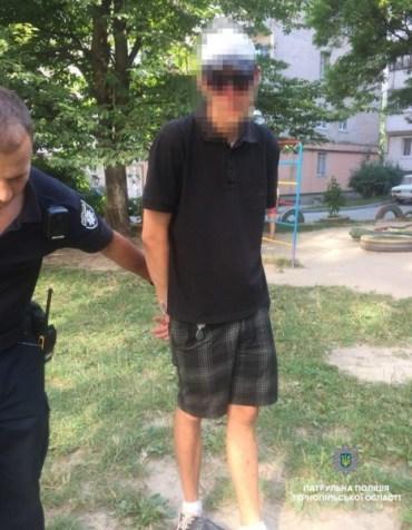 Патрульні затримали чоловіка на дитячому майданчику з пістолетом