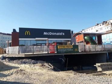 У Тернополі знищили дороги та тротуари, поки збудували фейковий McDonald's