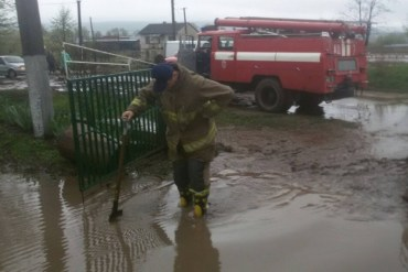 Рятувальники ліквідовують наслідки негоди на Тернопільщині