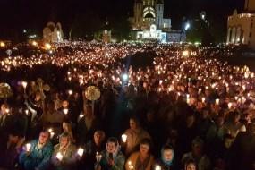 На прощі у Зарваниці відбувся багатотисячний похід зі свічками