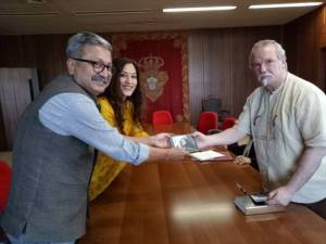 Raghvendra Singh, Secretary to the Government of India and Director General of the National Archives of India, along with K. Nandini Singla, Ambassador of India to Portugal, receiving a set of digital copies of 62 volumes of 'Livro das Moncoes do Reino' from Dr Almeida Lacerda, Director General of Libraries, Archives and Books of Portugal (on right)