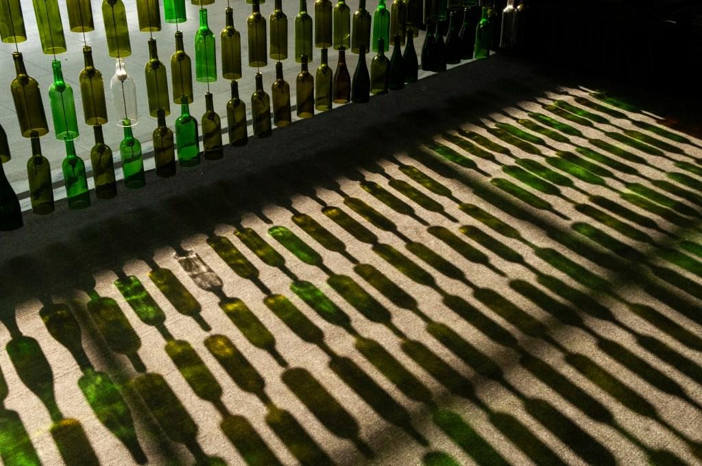 Cortina de garrafas de vinho