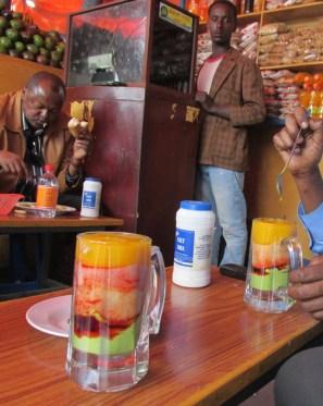 Jugos y licuados callejeros en Addis Ababa, Etiopía