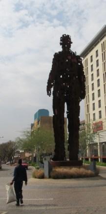 Escultura en Hatfield, coqueto barrio de blancos en Pretoria