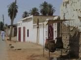 Vasijas con agua fría reposan a la sombra en la ciudad de Dongola. Cuando un familiar muere, los musulmanes realizan este tipo de ofrendas a la comunidad. Son por tiempo indeterminado. El muerto purifica su alma en el camino a la nueva vida cada vez que un vecino se hidrata. El agua tiene un valor simbólico muy elevado en el Islam. Con las altas temperaturas del desierto sudanés también cobra un valor especial y vital.