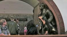 Estación de Metro. La gente toca el hocico de los perros para tener buena suerte.