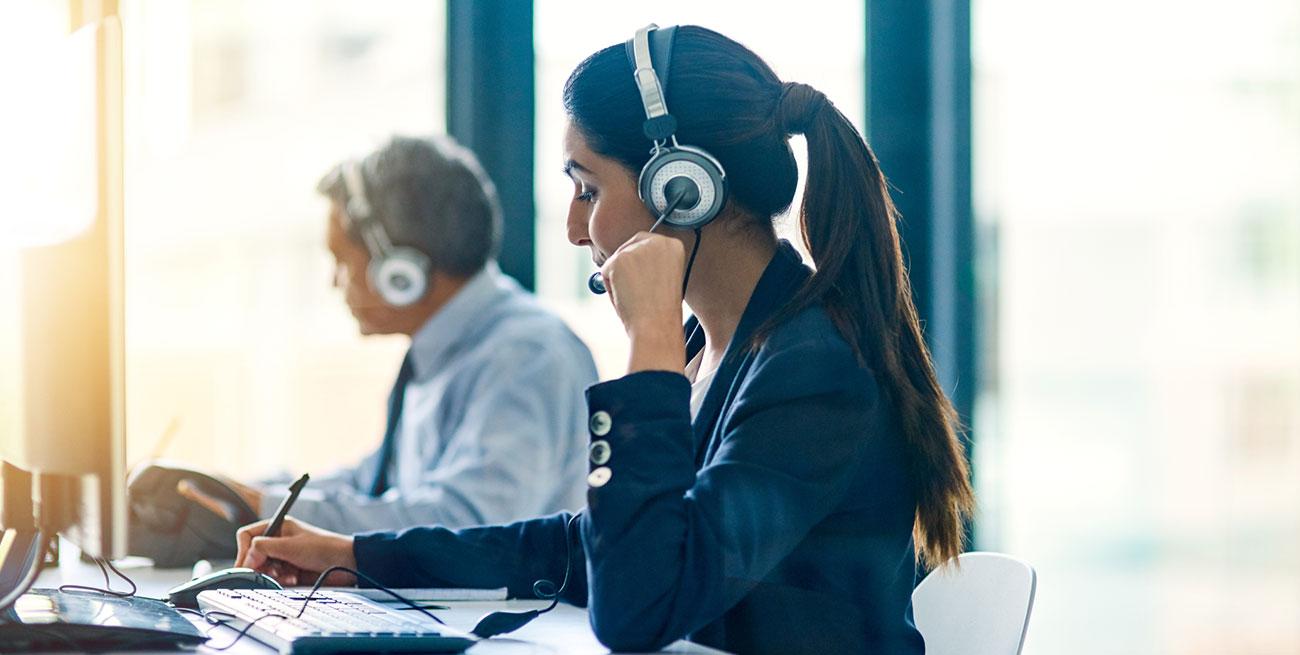 Funcionária falando com cliente em serviço de call center