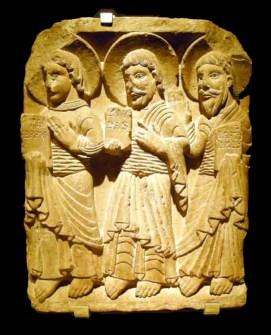 Anònim d'escola ripollesa, Relleu amb els apòstols Felip, Judes i Bartomeu, 1140-60, procedent de la Catedral de Vic, Londres, Victoria and Albert Museum