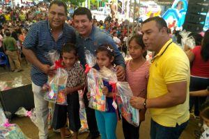 """Clausura alcalde de Cosolapa, Gustavo Díaz Sánchez """"vacaciones de verano"""", con entrega de paquetes de útiles escolares"""