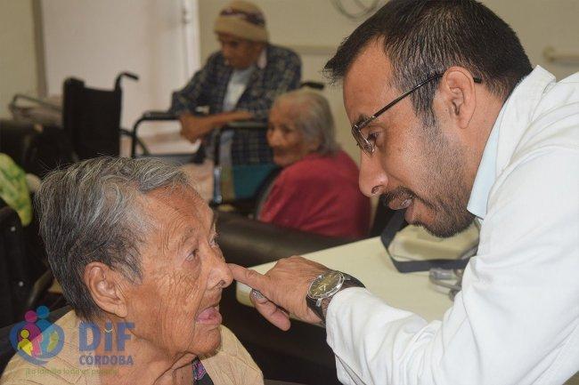 Benefician a adultos mayores con jornada de salud visual