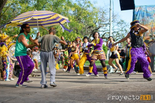 """La Murga """"Los Caidos del Puente"""" actuan junto a un vecino que quería bailar con ellos © Sebastian Criado, proyecto341.com reservados todos los derechos / all rights reserved"""
