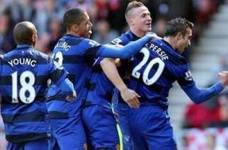 Van Persie celebra el gol con sus compañeros