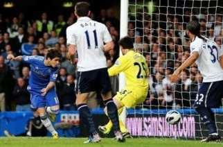 Óscar, en el momento de marcar el primer gol del partido | GOAL.com
