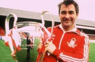 Brian Clough posa con la Copa de Europa