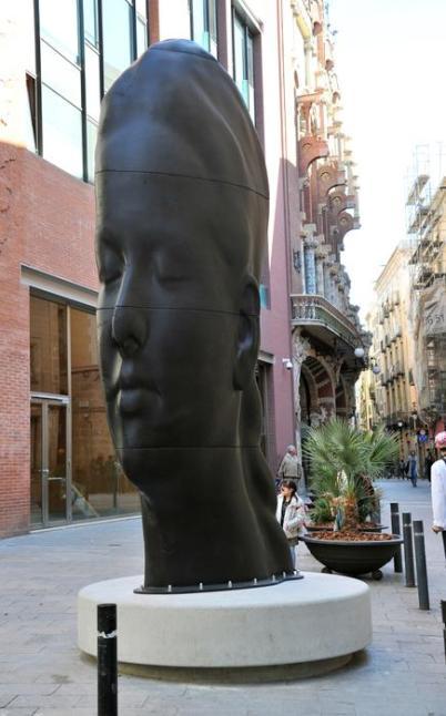 La escultura CARMELA de Jaume Plensa dialoga con la arquitectura del Palau de la Música. Foto de la web www.palaumusica.cat