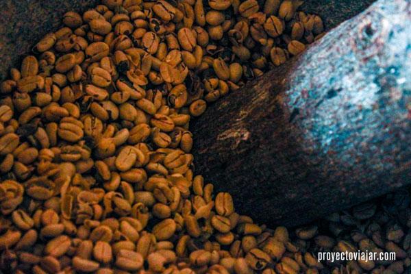 En este paso se separa la cáscara de las almendras de café.