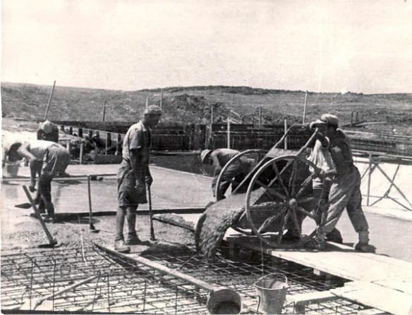 בניית בריכת השחייה - יציקה - יולי 1952