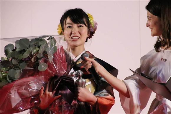 「湖衣姫コンテスト」でグランプリに選ばれた岩間恵さん=7日、甲府市北口(外崎晃彦撮影)