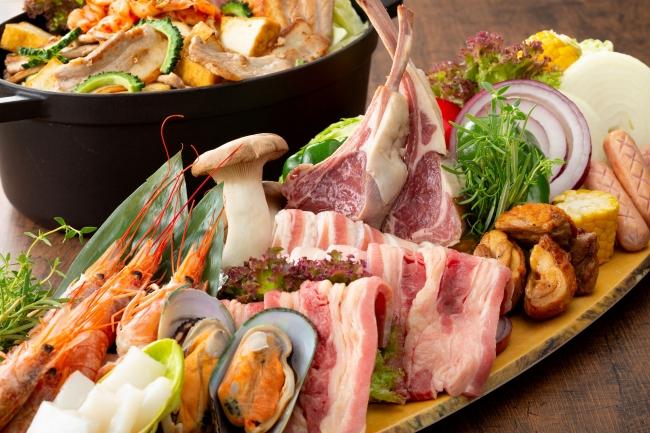 骨付きラム肉、各種海鮮、野菜の盛り合わせ