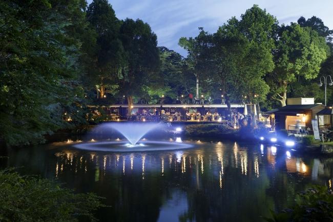 緑の森に囲まれ、池のほとりで開放感のあるバーベキューガーデン