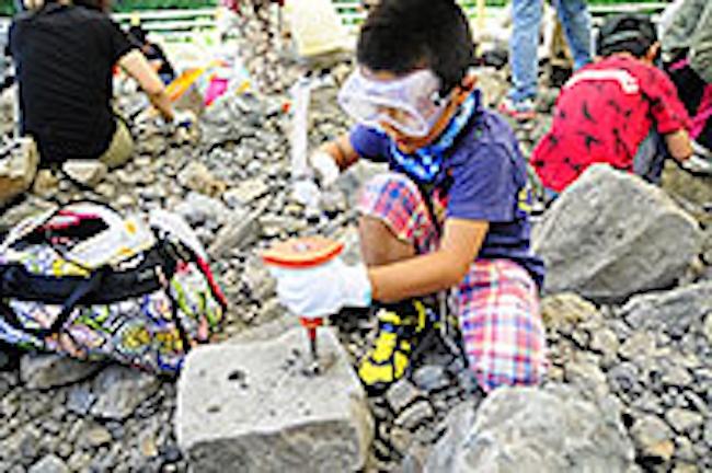 野外恐竜博物館では化石の発掘体験も開催