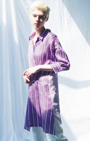 ギャバジンK.T[額紫陽花(がくあじさい)]ロングシャツ (7~11号)¥43,200(13+・17+号)¥44,280、 パンツ (7~11号)¥20,520(13+・17+号)¥21,600 *全て税込