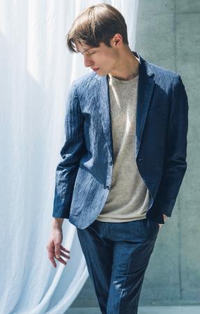 コムサ・メン[つゆくさ 夏椿]ジャケット ¥38,880、 パンツ ¥24,840、 Tシャツ ¥17,280 *全て税込