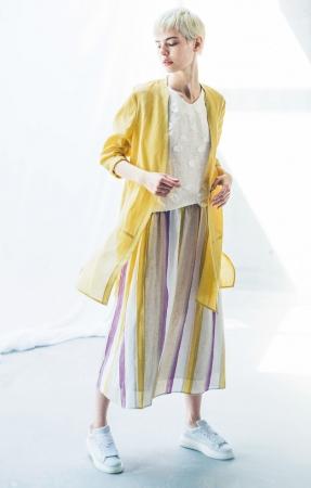リノ コムサ[とろろ葵]ロングジャケット ¥41,040、 ノースリーブブラウス ¥25,920、 スカート ¥41,040 *全て税込